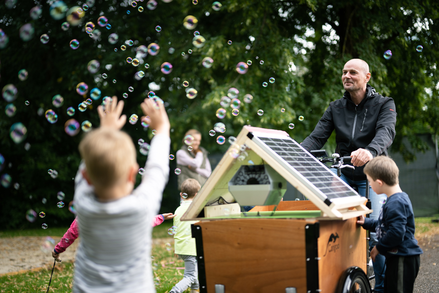 Die Photovoltaik-Seifenblasmaschine war eine Attraktion beim Picknick an der Vöckla der Grünen